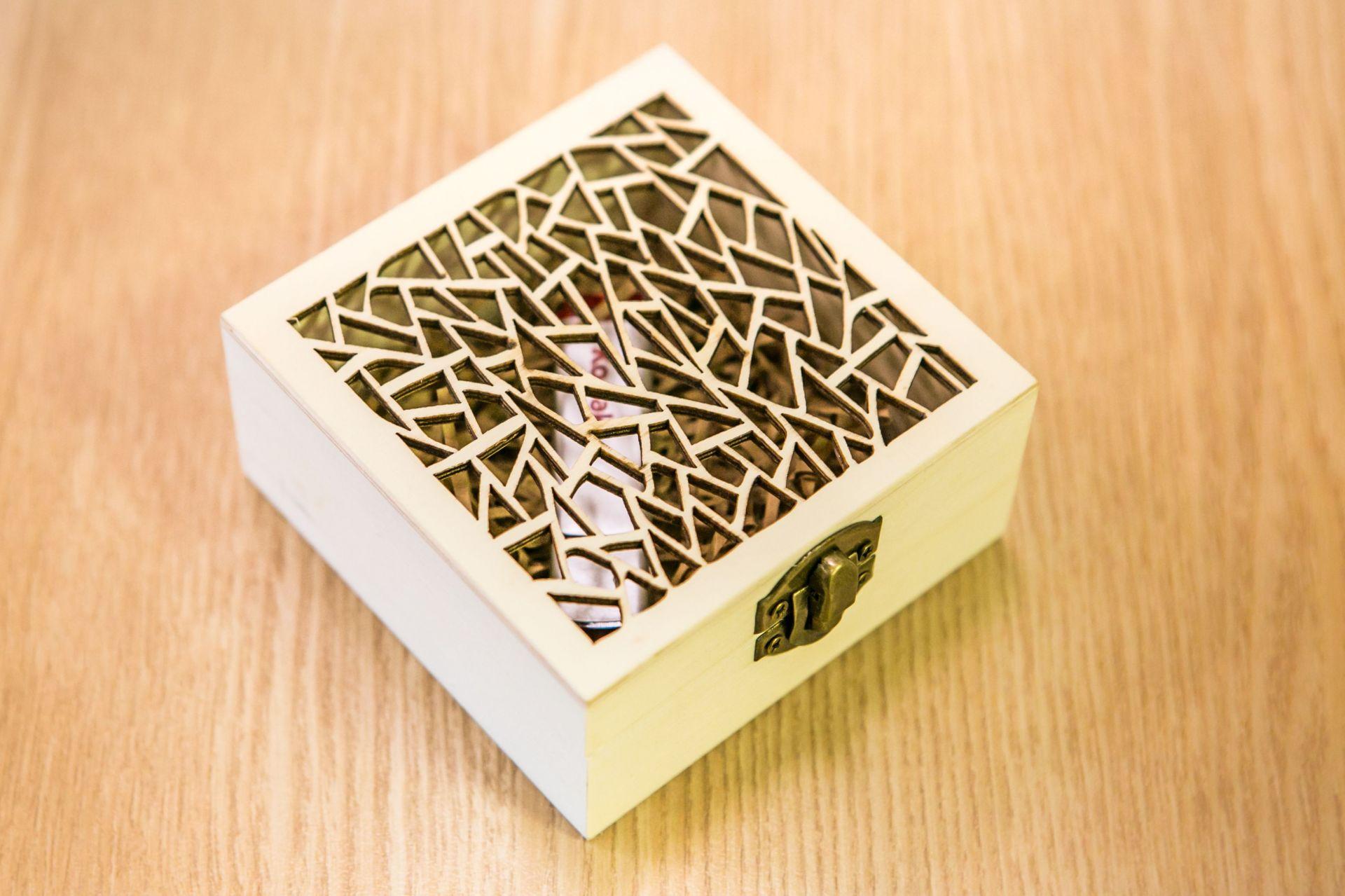 Дървена кутия за usb 10x10